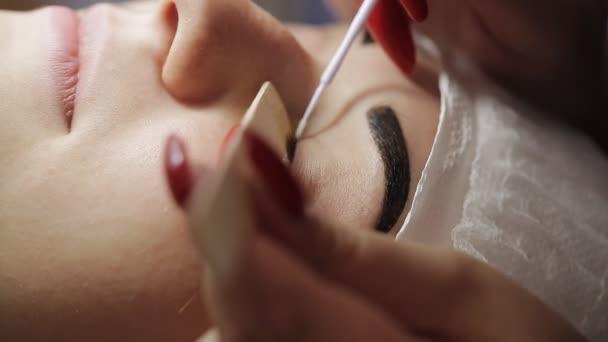 Mistr v salonu krásy odstraní staré řasy, Příprava pacienta pro proces prodlužování řas