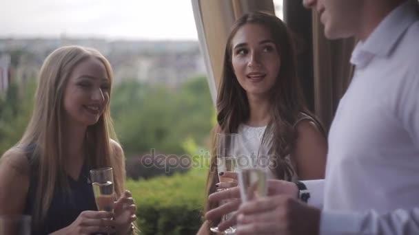 Fiatal gyömbér megnyitása pezsgő, nevető női meg az ember