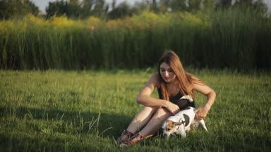 lány játszik a füvön kutya