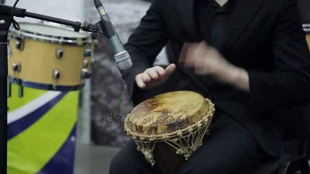 Zenész a színpadon játszik az afrikai dob. Közeli kép: