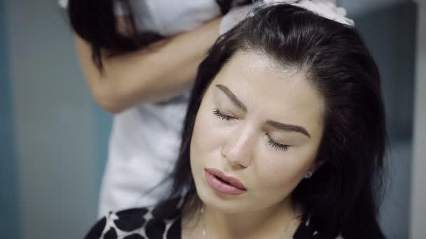 Krásná mladá žena dostane injekci do hlavy v centru estetické medicíny. Prevence a léčba růst vlasů