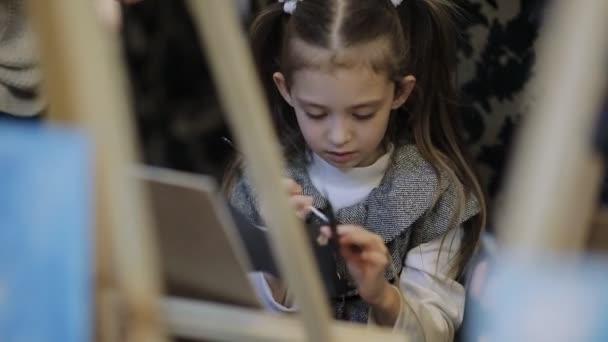 umělecké školy, skupiny dětí se stojany namalovat obraz s štětce a barvy