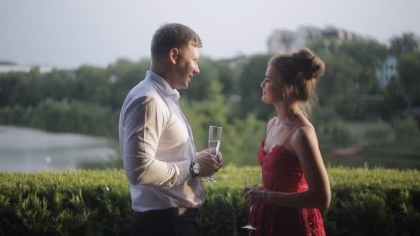 milující pár pije šampaňské ve večerních hodinách