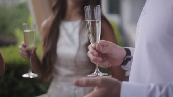 junger Ingwermann öffnet Champagner, Freundinnen lachen
