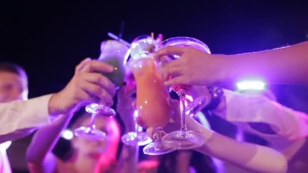 Freunde stoßen in der Lounge auf ihre Drinks an und amüsieren sich