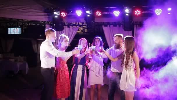 Nachtclub: Gesellschaft von Freunden Party und tanzen klirren Gläser. Luftschlangen fliegen umher,