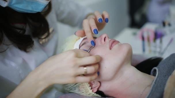 Master kosmetička připraví pacienta pro eskalaci řas