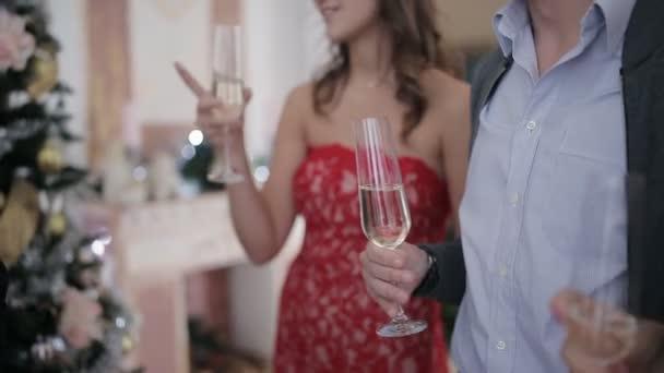 Boldog meg birtoklás móka karácsonyi partin új év cheers, egy pohár pezsgővel. baráti, iszik pezsgőt és ünneplő karácsony