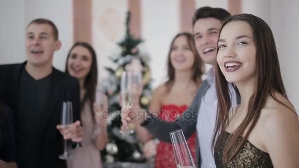 Boldog meg birtoklás móka karácsonyi partin új év cheers, egy pohár pezsgővel. Boldog ünnep fogalma