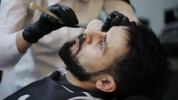 Rasierprozess der Bärte im Friseursalon. Meister macht mit Vintage-Rasiermesser einen Friseur-Bart.