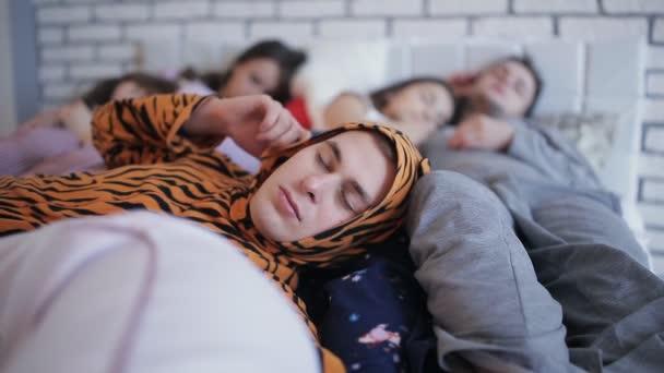 Fáradt után a párt, az ágyon alszik együtt meg