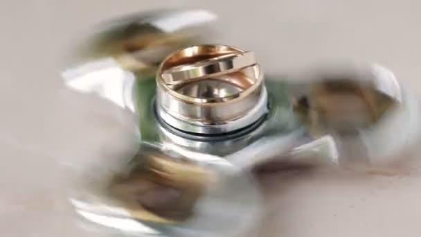 Snubní prsteny nevěsty a ženicha otočit na číselníku. detail
