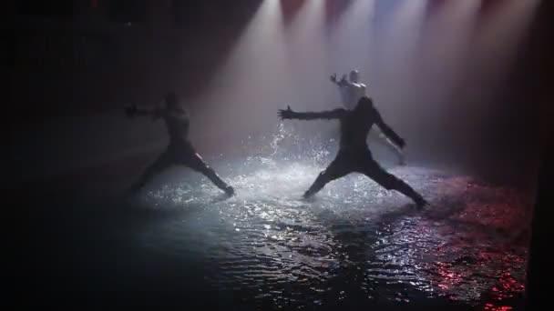Танцует в прозрачном видео — 3