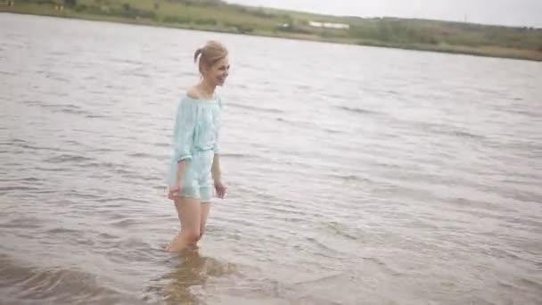 Milující páry se bavit na břehu řeky. Romance, mládež a líbánky. Šťastný chlap a dívka šplouchání vody v řece
