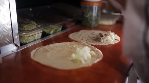 Připravit shawarma, Nasekejte zeleninu skartovat Fast-Food