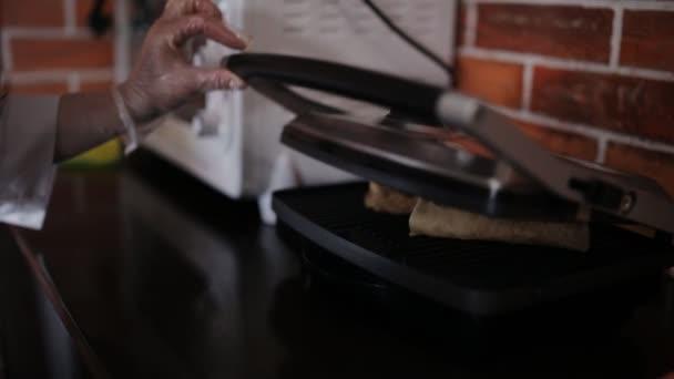 Vaření Shawarma v restauraci. Browning proces s pomocí gril