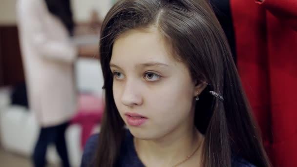 Friseur Macht Frisur Madchen Teenager