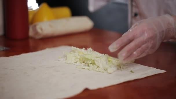 Ruční zalomení tradiční Shawarma s hovězím masem a zeleninou