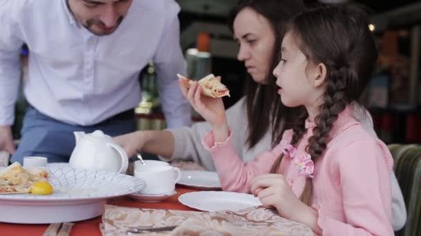 Šťastná rodina v restauraci jíst pizzu
