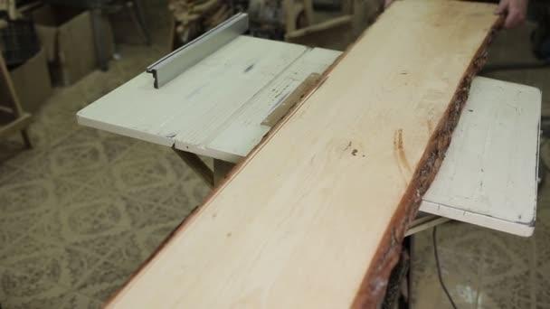 Kruhový stůl viděl řezání dřeva v dílně Carpenter