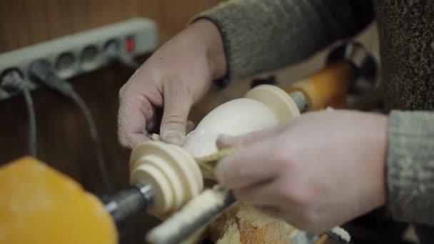 Broušení dřeva na soustruhu. Nožní jaro pól dřevo soustruh