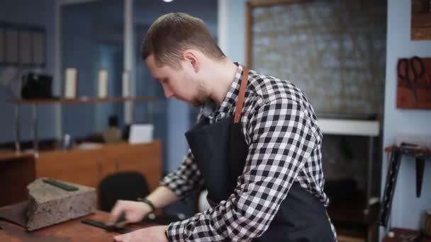 Processo de trabalho de fazer o cinto de couro na oficina do couro — Vídeo  de 1208a735d77