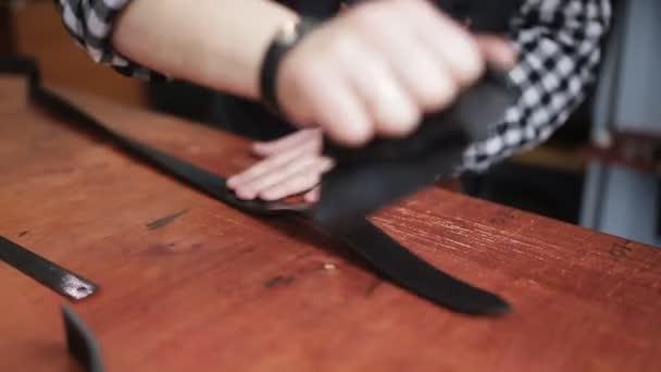 Arbeitsprozess der Herstellung von Ledergürteln in der Lederwerkstatt