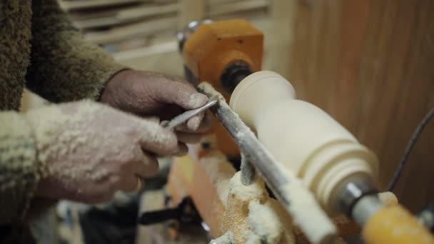 Tesařské práce na grind machine z kusu dřeva