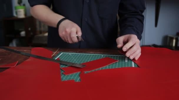 Tanner in einer Gerberei, schnitzt ein spezielles Muster für ...