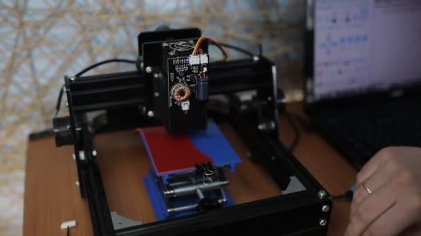 Laserem gravírované kůže na samostatném počítači. Gravírované logo na kožených výrobků.