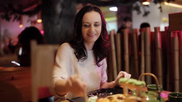 žena jíst sushi v restauraci