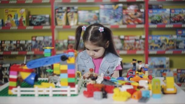 Kleines Mädchen spielt Designerin im Zentrum der Entwicklung