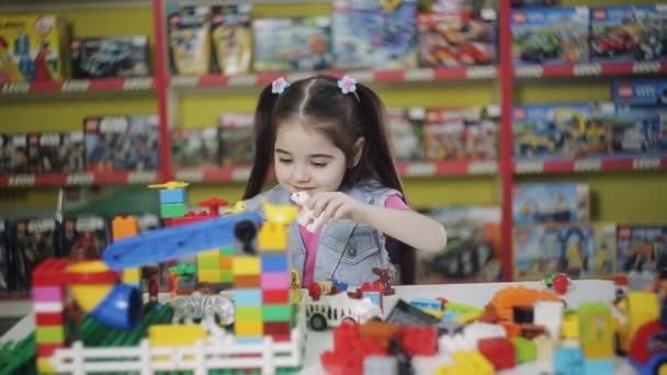 malá holčička hraje Návrhář v centru rozvoje