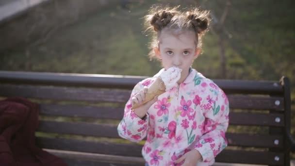 Roztomilé batole dívka jíst zmrzlinu v městském parku