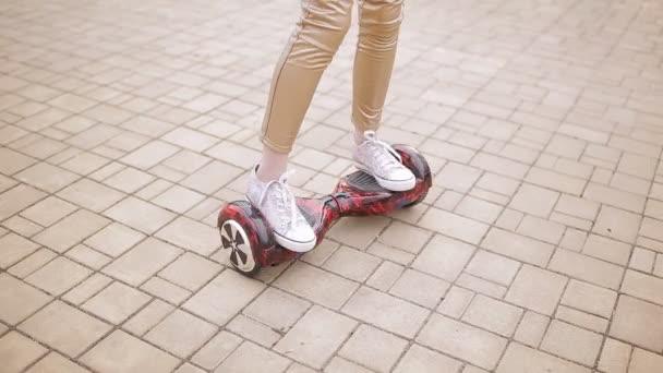 Dospívající dívka předení na inteligentní scooter. Detail nohy na elektronické skútru