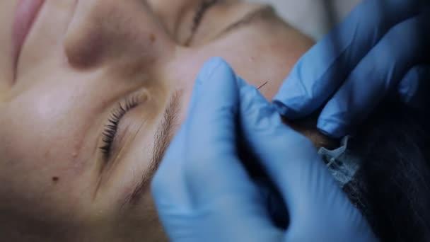 Kosmetička, pomocí jehly a dělat záběry klientům čelit
