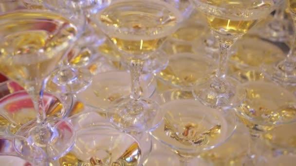 Sektgläser auf der Party warten auf Gäste.