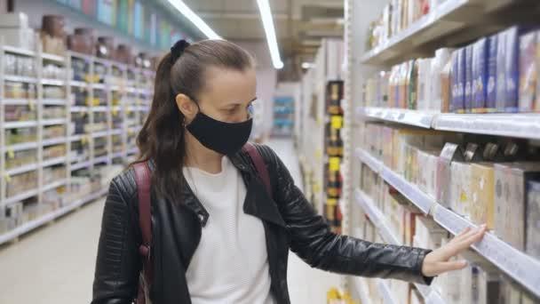 Porträt einer Frau in einer provisorischen epidemiologischen Maske im Supermarkt.
