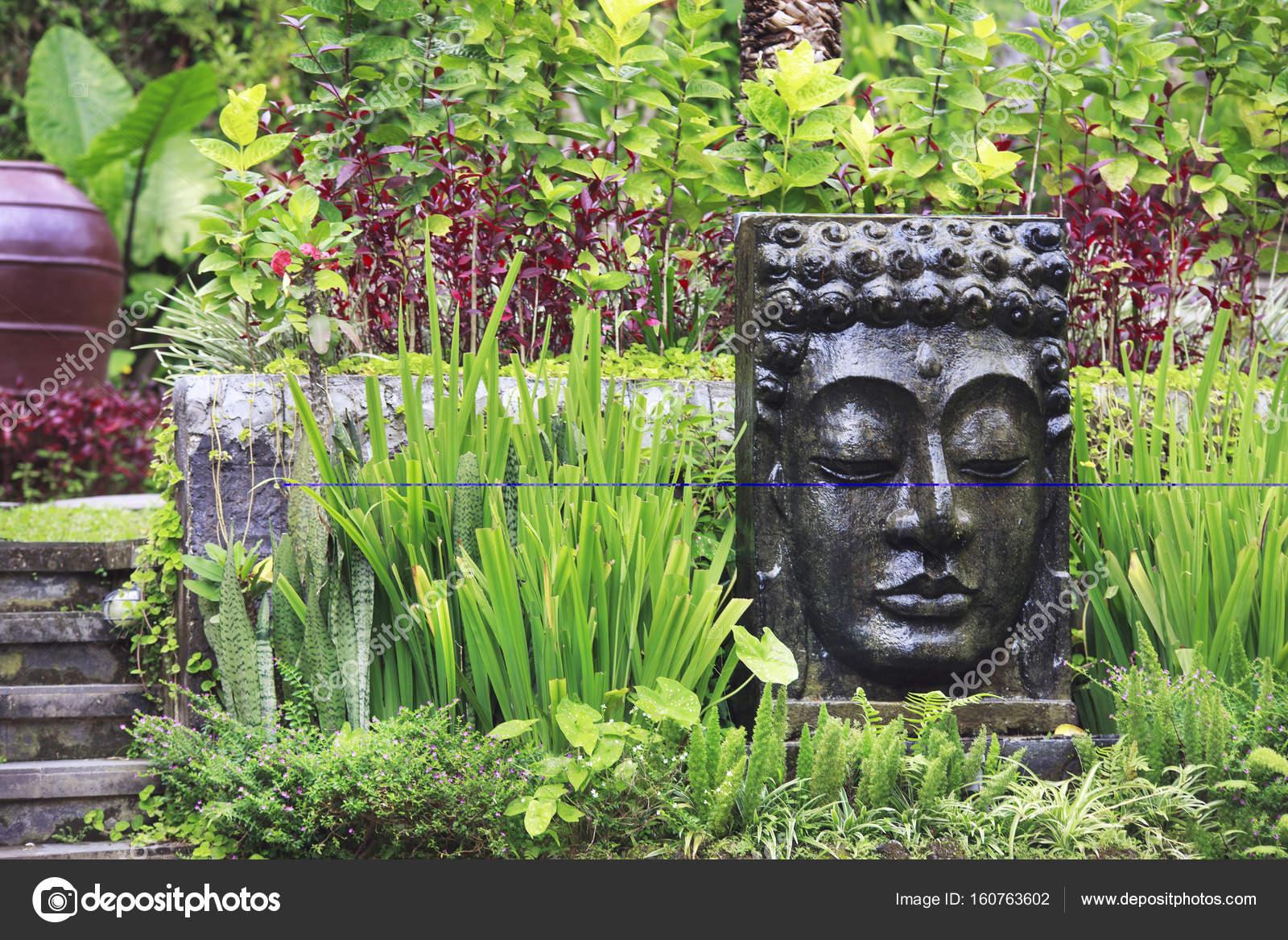 Boeddha Beelden Voor De Tuin.Boeddha Beeld Met Vallend Water In De Tropische Tuin In Ubud Bali