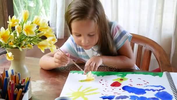 a lány felhívja a paletta akvarell festék. A folyamat létrehozása egy akvarell festmény.