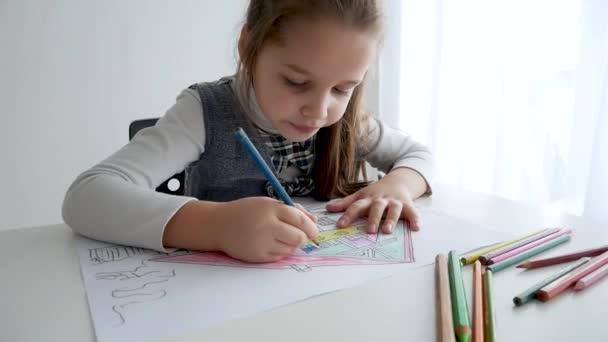 Rajz egy képet a szoba fehér kislánya. 7 éves a kislány, rajz és színezés a papíron otthon.