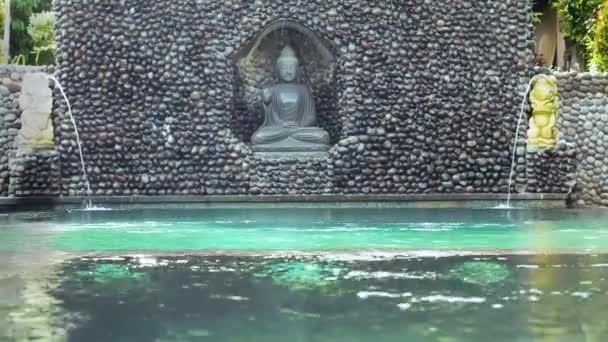 Dekorative Brunnen in einem Schwimmbad. Indonesien. Bali