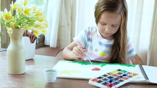 Gyermek áztatás ecset, szín és rajz közelében ablak