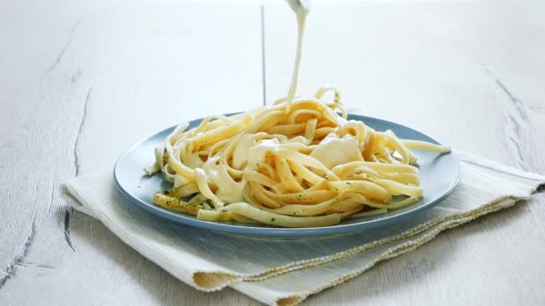 Uvedení Houbová omáčka na špagety tagliatelle. Italské těstoviny