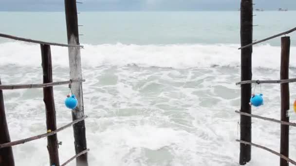 pohled na vlny blízko mola