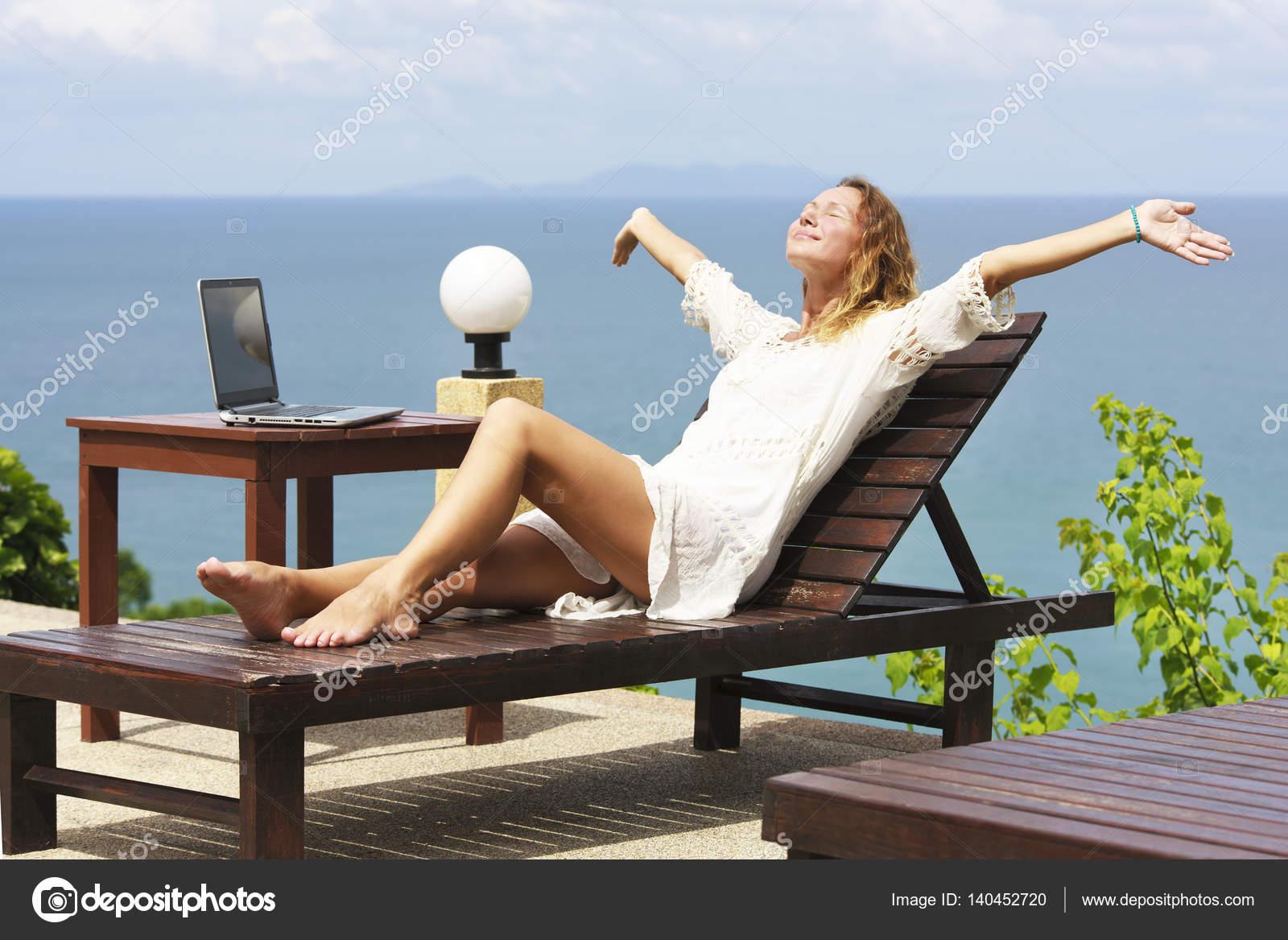 42bcb5600d9c Freie Frauen an einem Strand mit laptop — Stockfoto © Hvoenok #140452720
