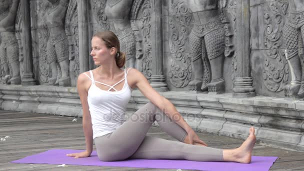 Krásná žena cvičí jógu v Asii