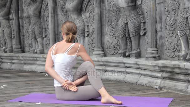 schöne Frau praktiziert Yoga in Asien