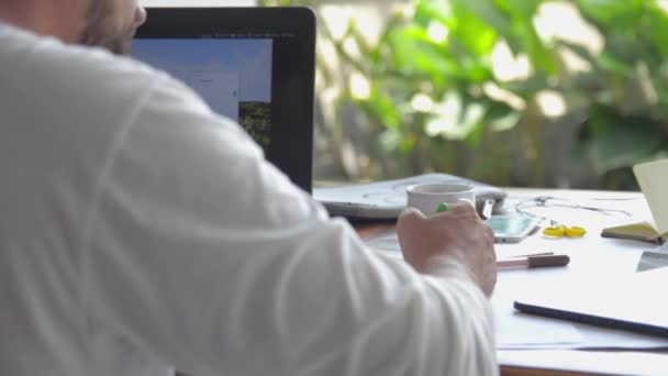 Üzletember működő kültéri laptop és a gondolkodás-gondolat