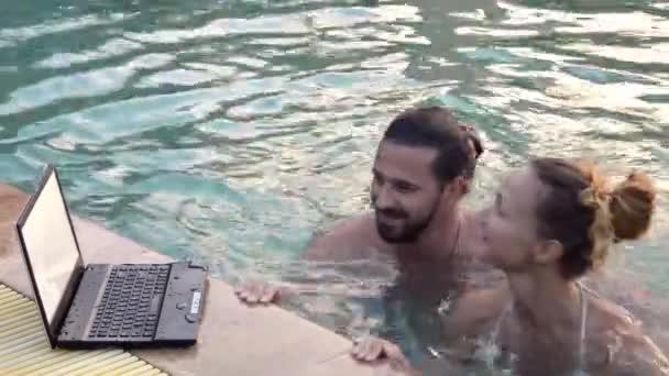 Svatební pár společně odpočívat v bazénu. HD